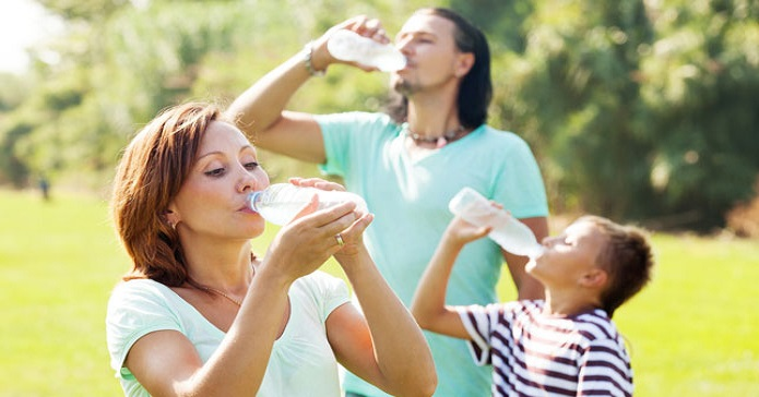 družina pije vodo